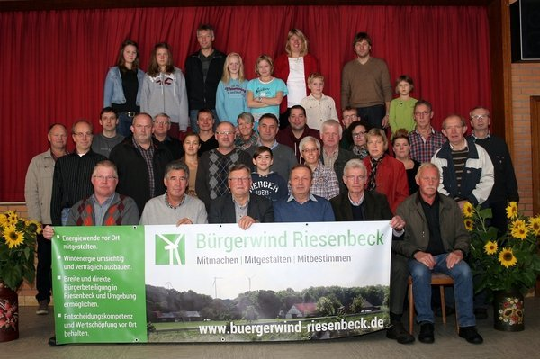 gruppenfoto-brgerwindgruppe-im-lager-feld